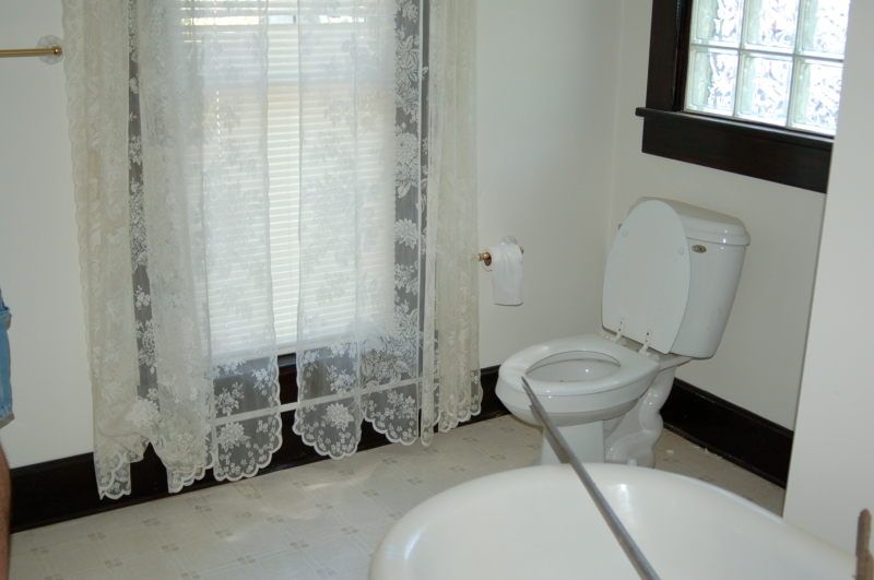 A Guest Bathroom Before07